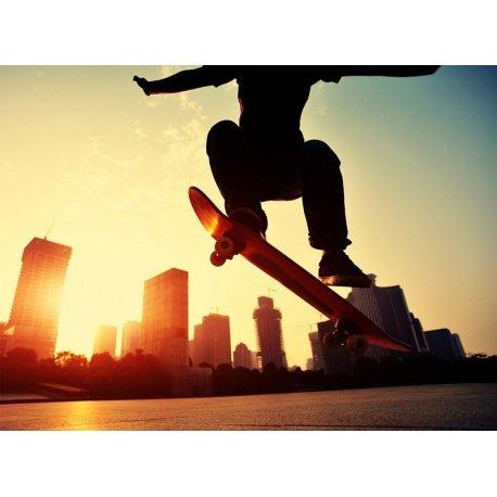 Joven Skater salto sobre los Edificios
